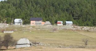 Stara i nova kuća na imanju Laketića u jesenjim danima