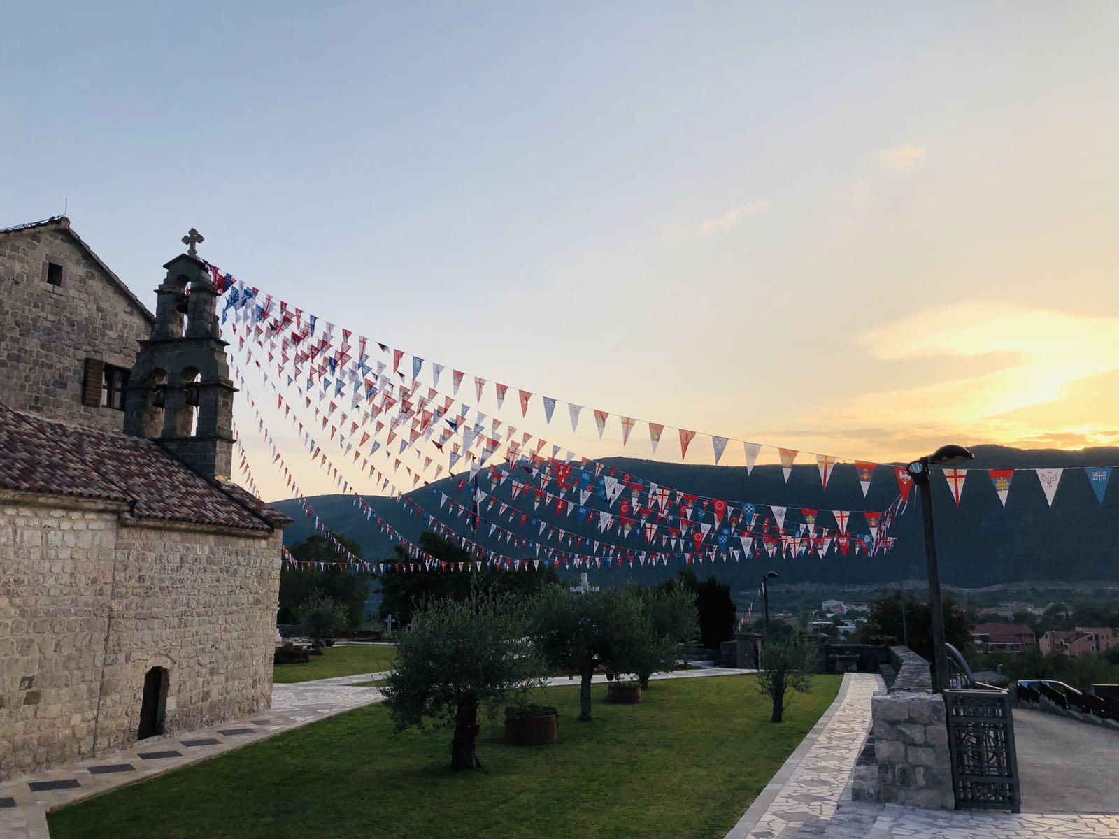 Manastir sa zastavicama 2