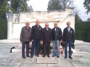 crnogorska delegacija pred spomenikom narodnih heroja na Mirogoju