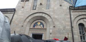 Vjernici pred vratima Hrama