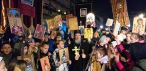 Vladika Atanasije i djeca sa svojim ikonama