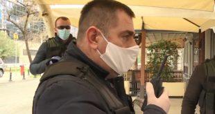 policajci sa zaštitnim maskama