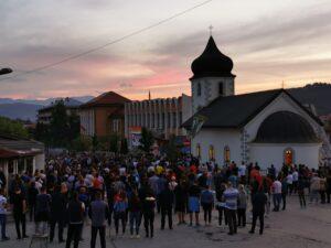 Vjernici ispred crkve Sv. Petke