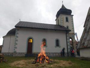 Badnjaci u porti crkve