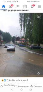 Centrom grada potoci od kiše